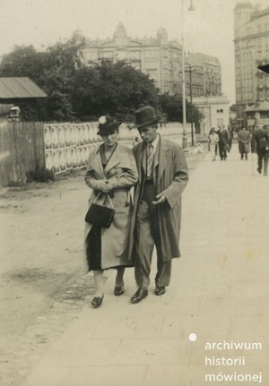 Irena i Antoni Finkowscy, w tle plac Unii Lubelskiej, po prawej widać budynek przy ul. Bagatela 15, Warszawa, 1939. Fot. ze zbiorów Longina Glijera/AHM, prawa zastrzeżone