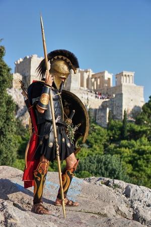 Rekonstruktor wcielający się w greckiego hoplitę na Areopagu, na tle ateńskiego akropolu, fot. George E. Koronaios, domena publiczna