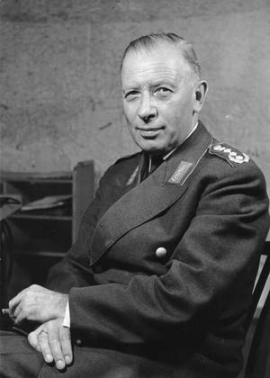 Adolf Heusinger, fotografia portretowa, 1961 r., fot. Bundesarchiv, Bild 146-2005-0030, na licencji [CC BY-SA 3.0 DE](https://creativecommons.org/licenses/by-sa/3.0/de/deed.en)