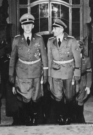 Reinhard Heydrich i Karl Hermann Frank na Zamku w Pradze, 1941 rok (fot. Bundesarchiv, Bild 146-1972-039-26, udostępniono na licencji: [CC-BY-SA 3.0](https://creativecommons.org/licenses/by-sa/3.0/de/deed.en)).
