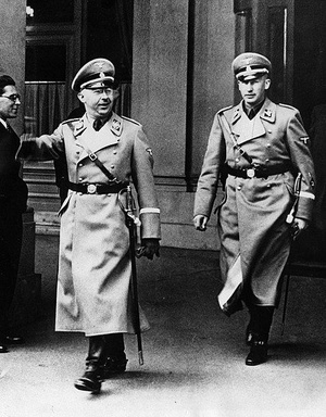 Heinrich Himmler i Reinhard Heydrich w Wiedniu, marzec 1938 roku (domena publiczna).
