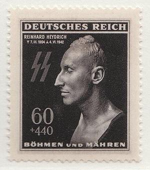 Znaczek pocztowy z pośmiertną maską Heydricha wydany z okazji pierwszej rocznicy jego śmierci (domena publiczna).