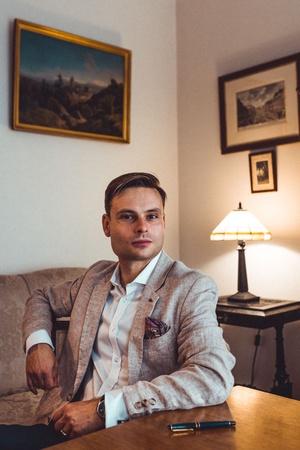 """Max Czornyj - adwokat, autor bestsellerów, w tym serii o komisarzu Deryle oraz książek śledczych o Langer i Rembercie. Opublikował powieści o seryjnych mordercach na faktach (""""Rzeźnik"""", """"Zimny chirurg"""", """"Jestem mordercą""""), a także obyczajowe - """"Córka nazisty"""" oraz """"Miłość i wojna"""", fot. copyright Bartosz Pussak"""