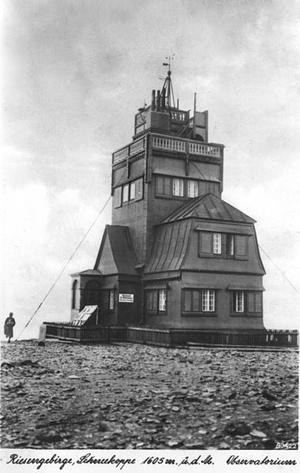 Budynek starego obserwatorium meteorologicznego na Śnieżce w roku 1942 (domena publiczna).