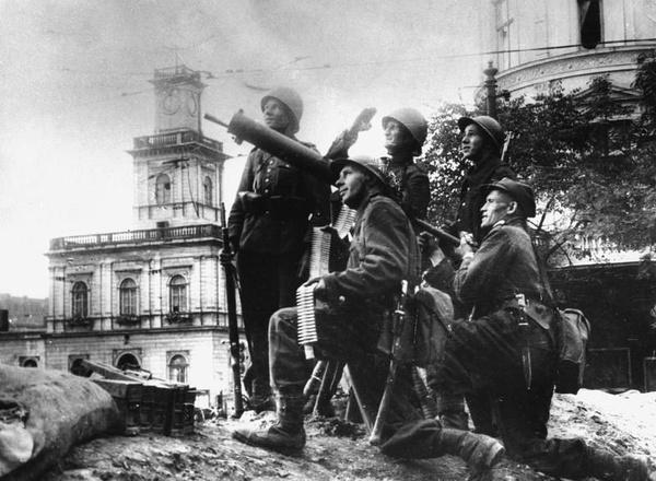 Pierwsze dni września w okolicy Dworca Głównego: żołnierze z jednostki artylerii przeciwlotniczej na stanowisku (domena publiczna)