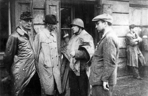 """Generał Tadeusz Komorowski """"Bór"""" (drugi od lewej) i pułkownik Jan Mazurkiewicz """"Radosław"""" (trzeci od lewej) na odprawie"""