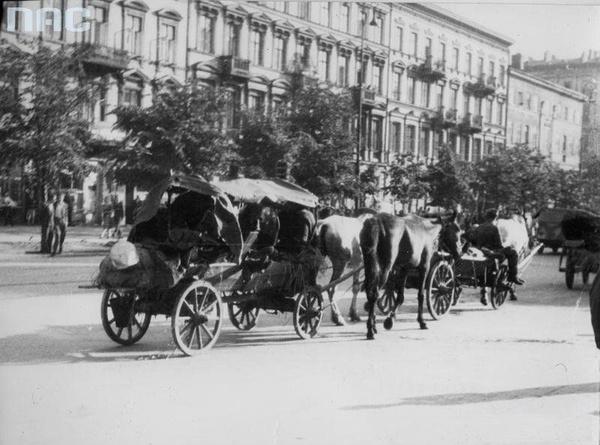 Resztki niemieckich oddziałów wycofują się na zachód. Warszawa, al. Jerozolimskie, lipiec 1944 roku