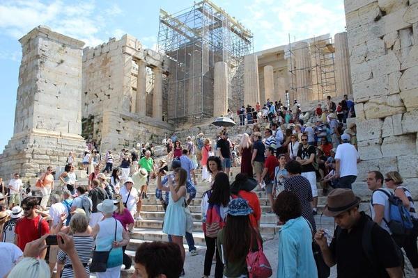 Tłumy turystów na Akropolu w sezonie letnim (fot. J. Jagodziński).