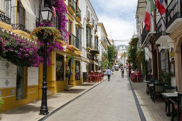 Ulica w Marbelli (fot. Kamyar Adl, udostępniono na licencji: [cc-by-2.0](https://creativecommons.org/licenses/by/2.0/deed.en))