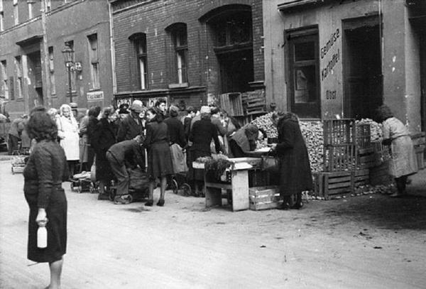 Uliczny handel ziemniakami w Berlinie, 1946 rok (Bundesarchiv, Bild 183-2005-0801-504 / CC-BY-SA 3.0)