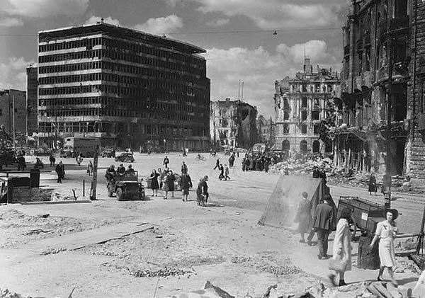 Plac Poczdamski w Berlinie, 1945 rok (fot. Michael M. Dean)