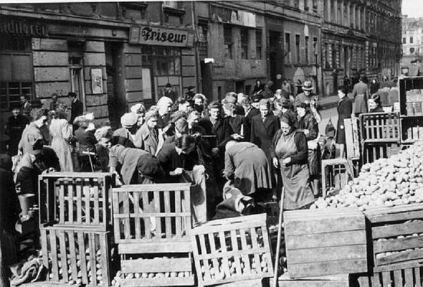Uliczny handel ziemniakami w Berlinie, 1946 rok (Bundesarchiv, Bild 183-2005-0802-502 / CC-BY-SA 3.0)