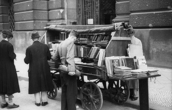 Uliczna sprzedaż książek w powojennym Berlinie (Bundesarchiv, Bild 183-V00132 / Schaaf / CC-BY-SA 3.0)