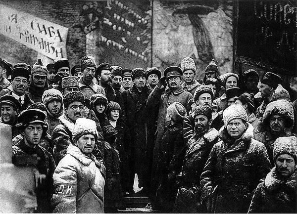 Włodzimierz Lenin, Lew Trocki i Lew Kamieniew na Placu Czerwonym w Moskwie 7 listopada 1917, domena publiczna