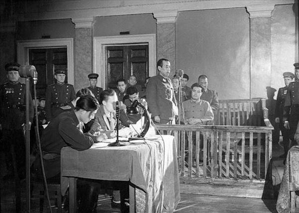 Otozō Yamada na ławie oskarżonych podczas procesu w Chabarowsku (domena publiczna)