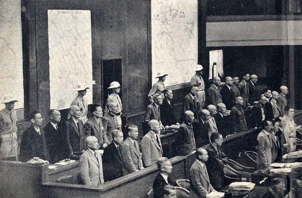 Oskarżeni na sali rozpraw Międzynarodowego Trybunału Wojskowego dla Dalekiego Wschodu w Tokio (domena publiczna)