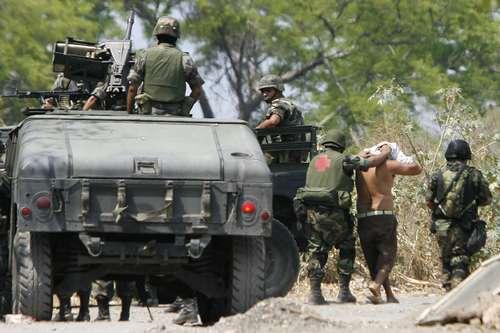 Meksykańscy żołnierze zatrzymujący członków kartelu, Michoacán, 2007 r. (domena publiczna)