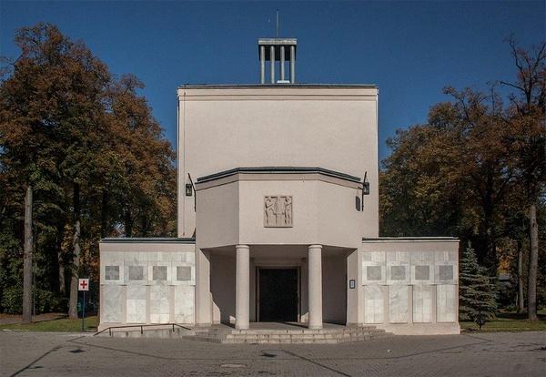 Kaplica cmentarna na Cmentarzu Osobowickim we Wrocławiu (fot. Volens nolens kraplak; CC BY-SA 4.0)