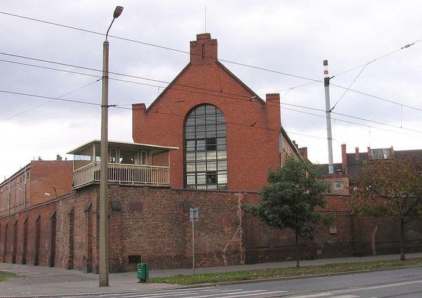 Zakład Karny Nr 1 we Wrocławiu; widok od strony ul. Reymonta (domena publiczna)