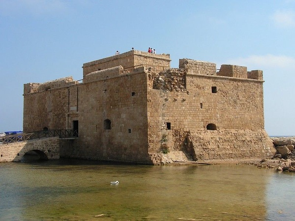 Fort w porcie Pafos z 1391 roku, fot. Paul167, na licencji [CC BY-SA 2.5](https://creativecommons.org/licenses/by-sa/2.5/deed.pl)