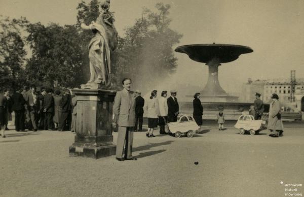 Zbigniew Książczak w Ogrodzie Saskim, Warszawa, 1947. Fot. ze zbiorów Zbigniewa Książczaka/AHM, prawa zastrzeżone