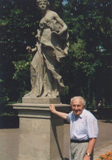 Andrzej Rusław Nowicki w Ogrodzie Saskim, Warszawa. Fot. ze zbiorów Andrzeja Rusława Nowickiego/AHM, prawa zastrzeżone