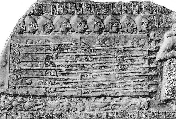 Fragment Steli Sępów przedstawiający sumeryjski pierwowzór falangi, domena publiczna