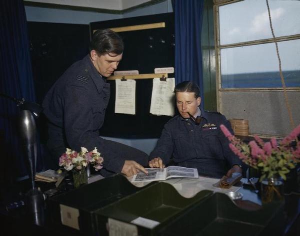 Guy Gibson (siedzi) i David Maltby
