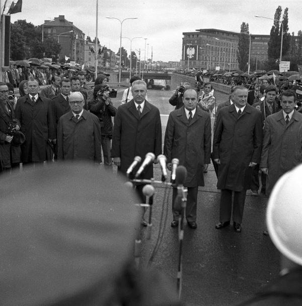Uroczystość otwarcia Trasy Łazienkowskiej w Warszawie, 19 lipca 1974 roku. Stoją m.in. Henryk Jabłoński, Edward Gierek, Józef Kępa, Piotr Jaroszewicz, Jerzy Majewski (fot. NAC)