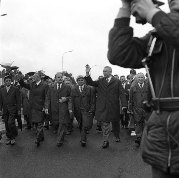 Uroczystość otwarcia Trasy Łazienkowskiej w Warszawie, 19 lipca 1974 roku. Widoczni m.in. Edward Gierek, Józef Kępa i Piotr Jaroszewicz, Jerzy Majewski (fot. NAC)
