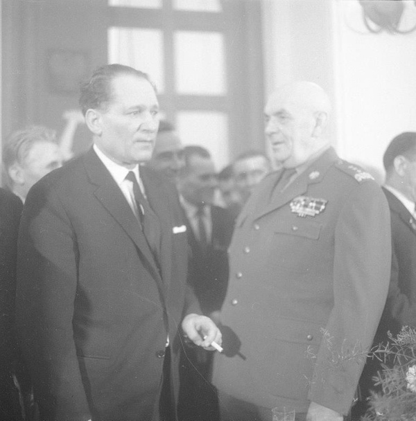Mieczysław Moczar w rozmowie z gen. Zygmuntem Berlingiem, 1966 rok (fot. NAC)