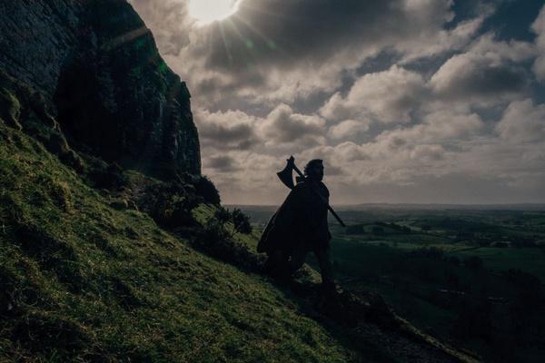 """Kadr z filmu [""""Zielony Rycerz. Green Knight""""](http://www.forumfilm.pl/greenknight/index.htm) (Forum Film, prawa zastrzeżone)."""