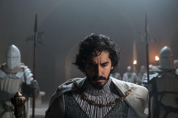 """Dev Patel jako Gawein w filmie """"Zielony Rycerz. Green Knight"""" (Forum Film, prawa zastrzeżone)."""