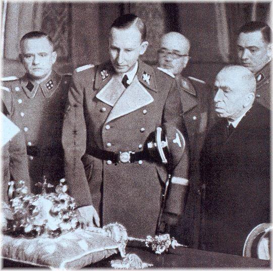 Emil Hácha prezentuje Reinhardowi Heydrichowi czeskie insygnia koronacyjne