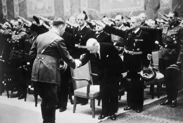 Przywitanie Hitlera i Háchy na pogrzebie Heydricha w Berlinie, 1942 rok
