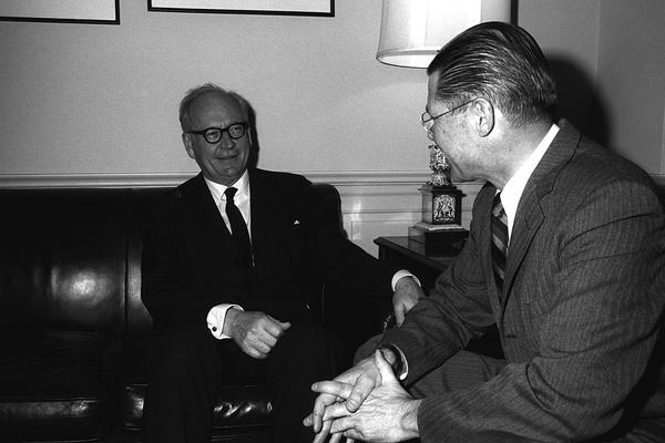 Spotkanie Heusingera z  Sekretarzem Obrony Robertem S. McNamarą w Pentagonie, domena publiczna.