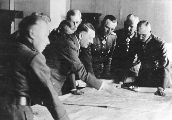 Dowództwo Grupy Armii Południe, Adolf Heusinger na pierwszym planie po lewej, kwiecień 1942, fot.  Bundesarchiv, Bild 183-B24543 / CC-BY-SA 3.0, na licencji [CC BY-SA 3.0 DE](https://creativecommons.org/licenses/by-sa/3.0/de/deed.en)