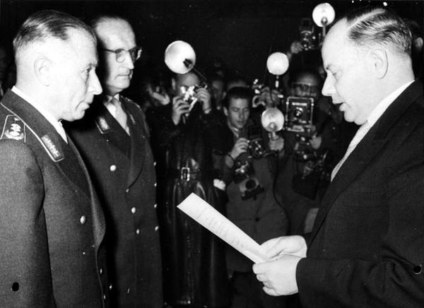 Heusinger i Speidel przjmowani do Bundeswehry, 1955 r.,  fot. Bundesarchiv, Bild 183-34150-0001 / CC-BY-SA 3.0, na licencji [CC BY-SA 3.0 DE](https://creativecommons.org/licenses/by-sa/3.0/de/deed.en)