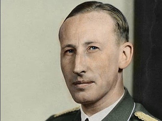Reinhard Heydrich, 1940 r. (fot. Ruffneck88, udostępniono na licencji: [Creative Commons Attribution-Share Alike 4.0 International](https://creativecommons.org/licenses/by-sa/4.0/deed.en)).