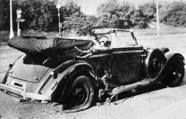 Służbowe auto szefa RSHA – Mercedes-Benz 320 Cabriolet, niedługo po zamachu w praskiej dzielnicy Libeň (domena publiczna).