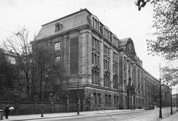 Siedziba Głównego Urzędu Bezpieczeństwa Rzeszy (RSHA) przy Prinz-Albrecht-Straβe 8 w Berlinie (domena publiczna).