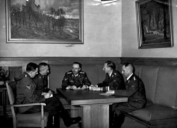 Narada kierownictwa niemieckiej policji, listopad 1939 r. Od prawej: Müller (szef Gestapo), Heydrich (szef RSHA), Himmler (dowódca SS), Nebe (szef Kripo) i Josef Huber (inspektor Sipo i SD w Wiedniu), fot. domena publiczna.