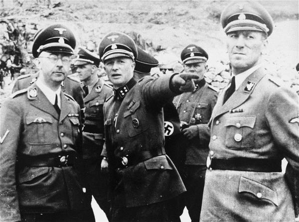 Wizytacja obozu koncentracyjnego Mauthausen-Gusen – od lewej: Himmler, komendant obozu Franz Ziereis, Kaltenbrunner – kwiecień 1941 r. (fot. Archiwum IPN).