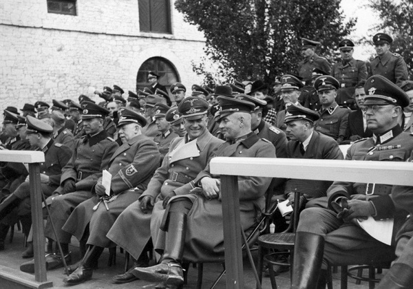 Oficerowie niemieccy z Generalnej Guberni oglądają pokaz ogierów w Białce. W pierwszym rzędzie drugi od prawej gen. Wilhelm von Altrock, po jego prawej stronie Ernst Zorner (fot. NAC)