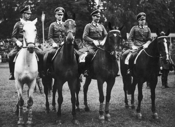 Zwycięzcy Pucharu Narodów w Warszawie z 1936 roku. Drugi od prawej rotmistrz Marten von Barnekow (fot. NAC)