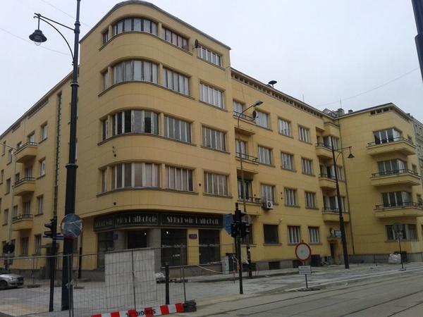 Kamienica przy ul. Jana Kilińskiego 82 w Łodzi, gdzie mieszkał Karol Świerczewski, fot. AusLodz, na licencji [CC BY-SA 4.0](https://creativecommons.org/licenses/by-sa/4.0/deed.pl)