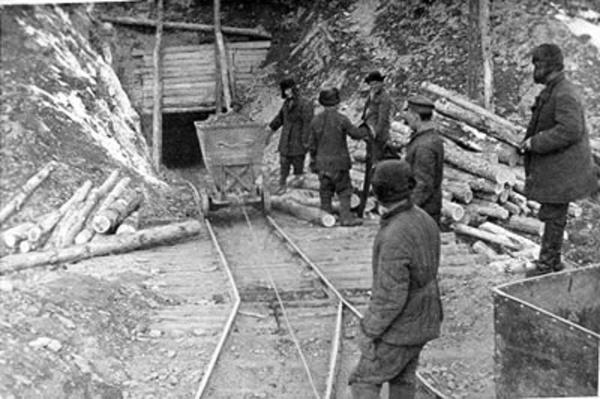 Więźniowie przy pracy w kopalni złota – Kołyma