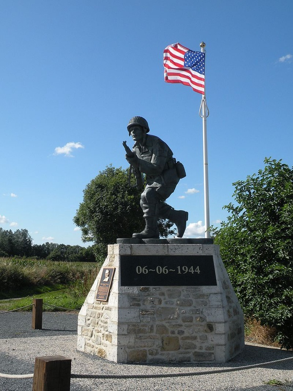"Pomnik Richarda ""Dicka"" Wintersa na plaży Utah w Normandii (fot. Chatsam; CC BY-SA 3.0)"