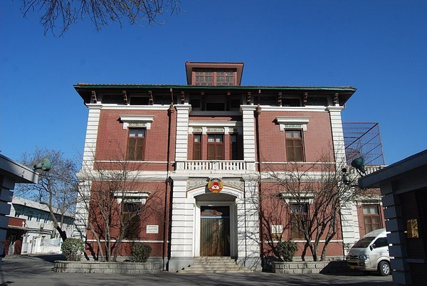 Dawna siedziba włoskiego konsulatu w Tiencinie, budynek pochodzi z 1916 r. (fot. TJArchi-Studio, udostępniono na licencji: [Creative Commons Attribution-Share Alike 2.0 Generic](https://creativecommons.org/licenses/by-sa/2.0/deed.en))