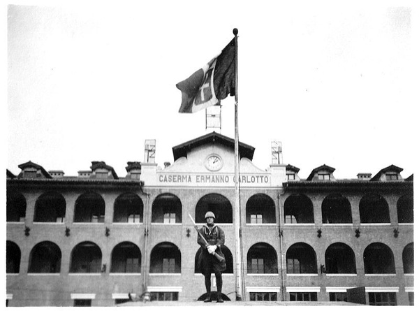 Włoski żołnierz stacjonujący przed garnizonem w Tiencinie (fot. Luca.invernizzi, udostępniono na licencji: [Creative Commons Attribuzione-Condividi allo stesso modo 4.0 Internazionale](https://creativecommons.org/licenses/by-sa/4.0/deed.it))